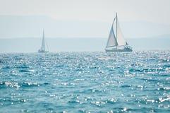 Segla yachten på havet Arkivfoto