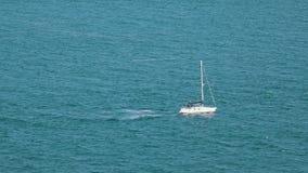 Segla yachten på havet lager videofilmer