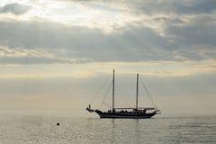 Segla yachten på havet i en stillhet Royaltyfria Foton