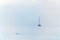 Segla yachten på horisonten Arkivfoton