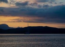 Segla yachten på solnedgång i Grekland fotografering för bildbyråer