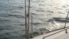 Segla yachten på vågorna i havet stock video