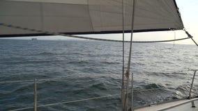 Segla yachten på vågorna i havet lager videofilmer