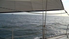 Segla yachten på vågorna i havet l?ngsam r?relse arkivfilmer