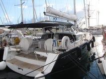 Segla yachten som förtöjas i en marina Arkivbild