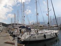 Segla yachten som förtöjas i en marina Arkivbilder