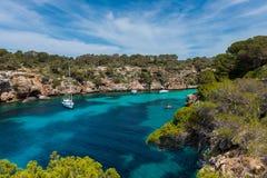 Segla yachter i fjärd nära den Cala pi Mallorca Royaltyfria Foton