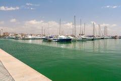 Segla yachter och fartyg är i hamnen Palma de Mallorca Arkivbilder