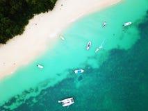 Segla yachter och fiskebåtar på den nyfikna ön royaltyfria foton