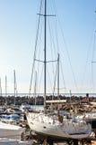 Segla yachter och nöje står fartyg förtöjde i port Royaltyfri Bild