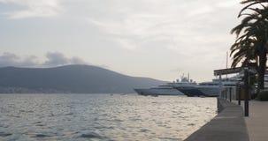 Segla yachter som anslutas i havsporten Sommartidsemester lager videofilmer