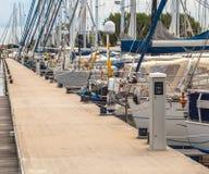 Segla yachter som parkeras i en hamn Arkivfoto