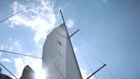 Seglar av den segla yachten i vinden arkivfilmer