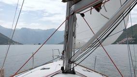 Seglar av den segla yachten i vinden lager videofilmer