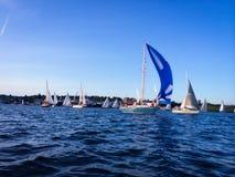 seglar den mörka losed regattaseglingen för blå färg skysportvinnaren Royaltyfria Bilder