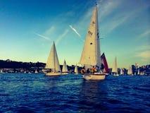 seglar den mörka losed regattaseglingen för blå färg skysportvinnaren Arkivfoton