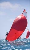 seglar den mörka losed regattaseglingen för blå färg skysportvinnaren Arkivfoto