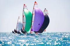 seglar den mörka losed regattaseglingen för blå färg skysportvinnaren Fotografering för Bildbyråer