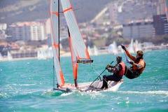 seglar den mörka losed regattaseglingen för blå färg skysportvinnaren Royaltyfri Bild
