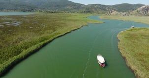 Segling för Dalyan kanalfartyg, Turkiet stock video