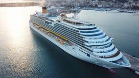 Segling för kryssningskepp över medelhavet materiel Flyg- sikt av den lyxiga seglingen för kryssningskepp från port på soluppgång Royaltyfria Foton