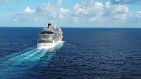Segling för kryssningskepp över medelhavet materiel Flyg- sikt av den lyxiga seglingen för kryssningskepp från port på soluppgång Arkivfoto