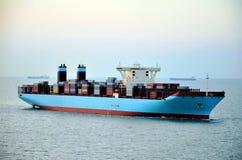 Segling för lastbehållareskepp till och med havet royaltyfri fotografi