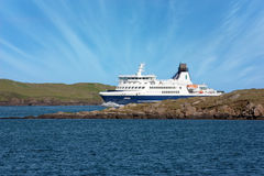 Segling för Smyril kryssningfärja till och med Faroe Island Arkivbild