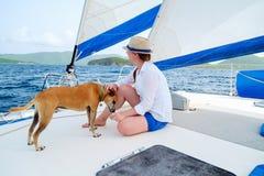 Segling för ung kvinna på en lyxig yacht Royaltyfri Bild