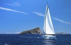 segling seglar den mörka losed regattaseglingen för blå färg skysportvinnaren Rader av lyxiga yachter på marinaskeppsdockan sport Royaltyfri Bild