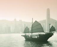 Segling Victoria Harbor i Hong Kong Arkivbild