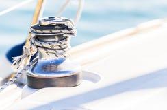 Seglingbakgrund, nautiskt rep som binds på vinschen av segelbåtdäcket arkivbilder