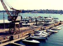 Seglingbegrepp: Skeppsdockalandningskepp för underhåll på lagerport Bakgrund av fartyg- och segelbåtkajen med blå himmel arkivbild