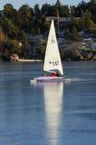 SeglingDN-iceboat i den Stockholm skärgården Arkivfoto
