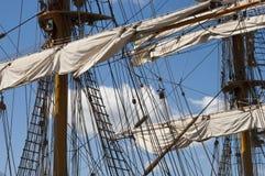 seglingen för closeupdetaljmast seglar den högväxt shipen Arkivfoto