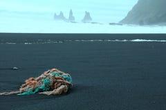 Seglingen ropes på en svart vulkanisk sand i Island Royaltyfri Bild
