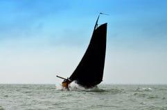 Seglingfiskebåt på IJsselmeer, Holland Arkivbilder