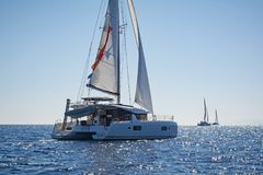 Seglingkatamaran i det Aegean havet, Grekland Fotografering för Bildbyråer