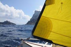 Seglingkatamaran med guling seglar i Ibiza Spanien Arkivfoto