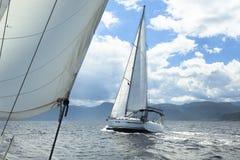 Seglingregatta i omilt väder segelbåtar Arkivfoto