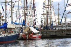 Seglingskepp av olika grupper i porten av Kotka Royaltyfri Foto
