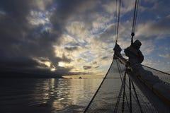 Seglingskepp framme av solnedgången fotografering för bildbyråer