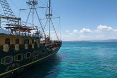 Seglingskepp i det Aegean havet på bakgrunden av berg och kullar av Athos Peninsula, Chalkidiki Arkivfoto