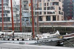 Seglingskepp J r Tolkien i modernt område för `-HafenCity ` av Hamburg Royaltyfri Foto
