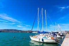 Seglingskepp och yachter förtöjde i porten av Volos, Grekland Fotografering för Bildbyråer