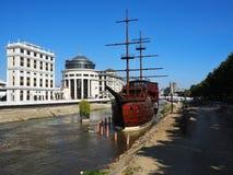 Seglingskepp på floden Arkivbild