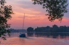 Seglingskepp på floden av Amazonia Royaltyfria Foton
