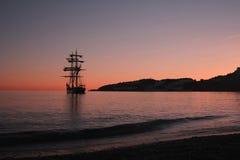 Seglingskepp på solnedgången i Spanien arkivbild
