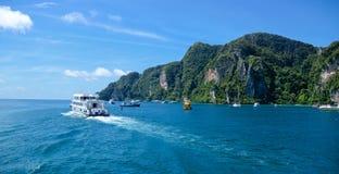 Seglingskepp på havet av den Phuket ön, Thailand Arkivfoton