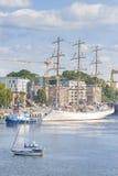 Seglingskepp som lämnar port av Szczecin Royaltyfria Bilder